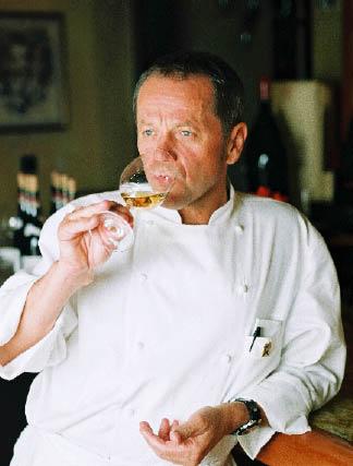 Wolfgang Puck genehmigt sich einen Schluck Weißwein