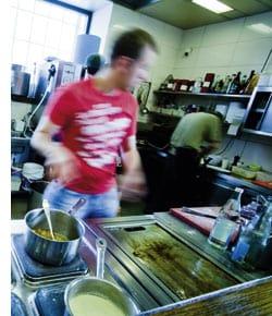 Patrick Gebhardt beim Agieren in der Küche