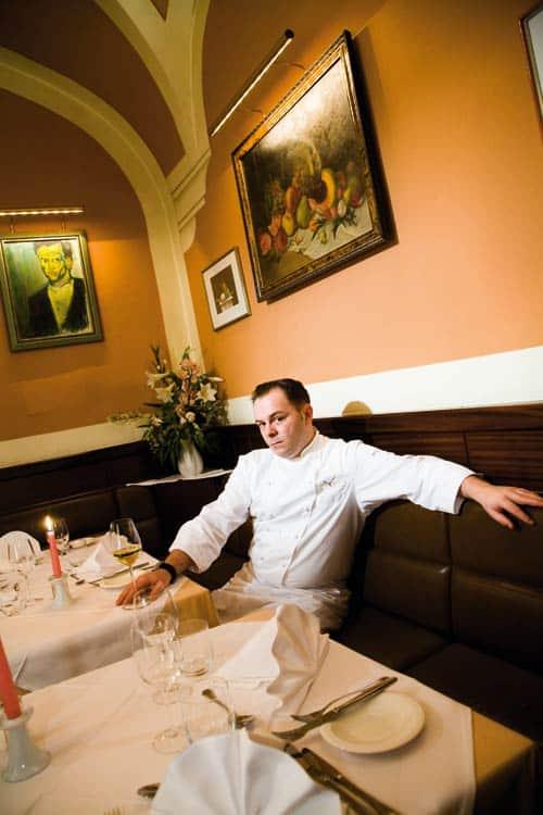 Tommy R. Möbius in seinem Restaurant sitzend