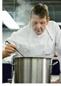 Thomas Martin hinterm Kochtopf