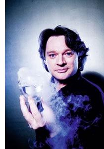 Heinz Hanner hält ein rauchendes Gefaess in der Hand