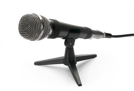 ein mikrofon liegt auf einem tisch in seiner halterung