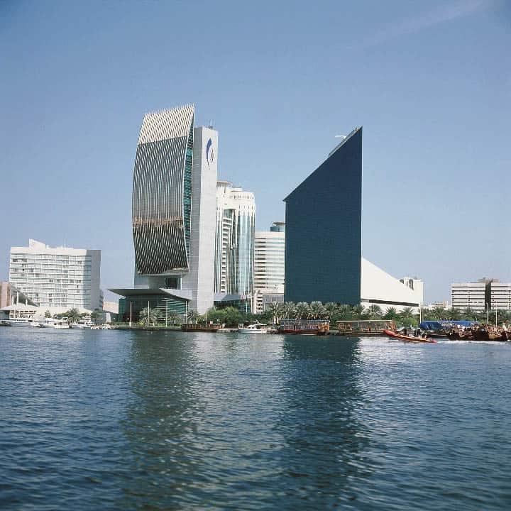 imposante Wolkenkratzer an der Küste Dubai
