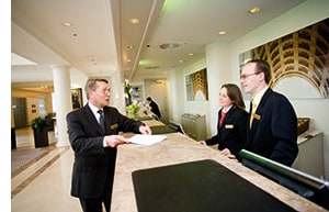 Der Hotelmanager in einem Gespräch mit den Rezeptionisten