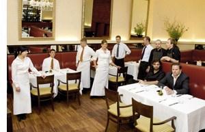 Konstantin Filippou und ein Team im Restaurant