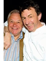 Zwei Herren in einer halbumarmung, freundschaftlich fuer dieses Bild grinsend