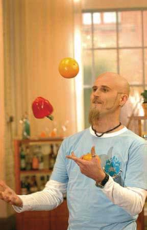 Ralf Zacherl jongliert mit Gemüse