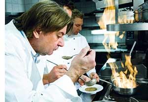 Reinhard Gerer beim Vorkosten mit einem Suppenloeffel