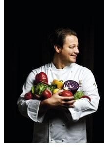 Andreas Döllerer in den Händen Gemüse