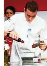 ein Koch mischt die Zutaten im Topf zusammen