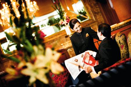 die Lobby eines Luxushotels mit Blumenarrangements