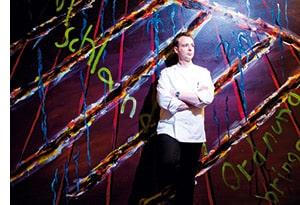 Holger Stromberg angelehnt an eine Graffiti Wand