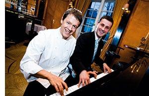 Hans Horberth sitzt mit einem Pianisten am Klavier und haut fleissig in die Tasten