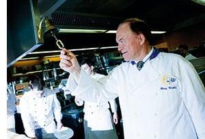 Heinz Winkler laeutet die Glocke in der Kueche