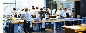Vollgas wird in einer Küche gegeben, arbeitende Köche soweit das Auge reicht