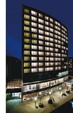 ein Hotel der Lindner Hotels & Resorts bei Nacht von aussen
