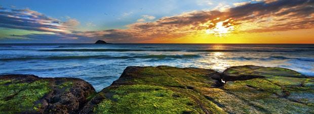 die atemberaubende Landschaft während des Sonnenuntergangs von Neuseeland