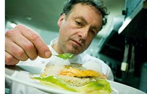 Klaus Jaquemod beim Anrichten seiner Fischspezialitäten