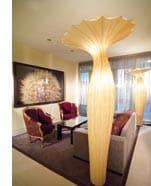 Hotelsuite mit Menschengrossen Stehleuchten in Form von