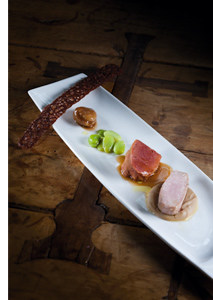 Gesurtes Schweinebackerl und Milchferkelrücken mit Saubohnen, Maronipüree und Knusperschwartl