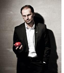 Thomas Panholzer mit einem Apfel in der Hand