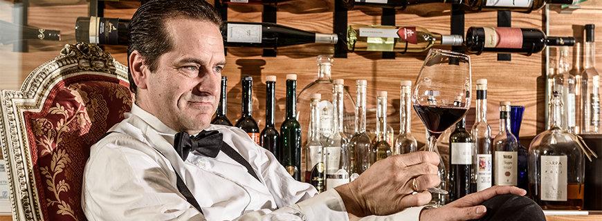 Gerhard Retter mit Weinglas
