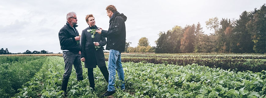 Søren Selin (Mi.) und Martin Klein (re.) auf der Farm von Søren Wiuff (li.)