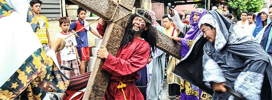 Bei Festen im ganzen Land feiern die Filipinos ihre katholische Religion.