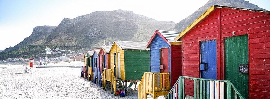 Zwischen Stadt, Bergen und Meer: Am Strand der False Bay in einem Vorort von Kapstadt kann man das schöne Leben genießen.