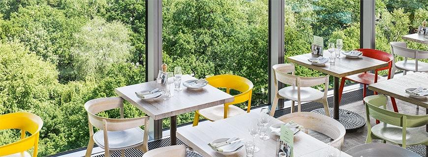 Restaurant mit Aussicht auf den Wald