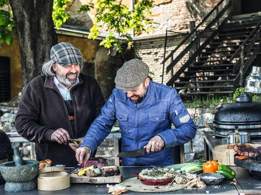 Mit im Gepäck hat Giuseppe Messina (re.) seinen alten Kumpanen Stephan Stohl, um der Gastrowelt einmal vor Augen zu führen, dass auch abgefahrenes Fine Dine am Grill möglich ist