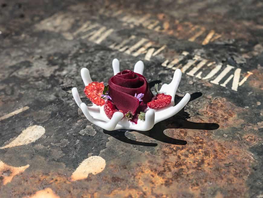 Kreativ: Rote Bete ganz langsam und mit kühlem Rauch geräuchert, in Himbeeressig mariniert