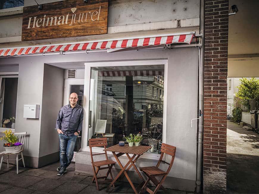 Koch Marcel Görke vor seinem Restaurant dem Heimatjuwel