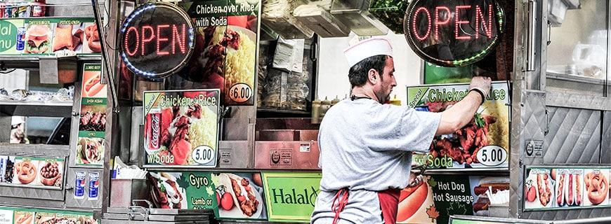 eine Kebabbude die mit Halal Fleisch Werbung macht